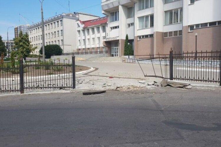 У Луцьку автомобіль протаранив паркан: на бруківці залишилися докази (Фото)