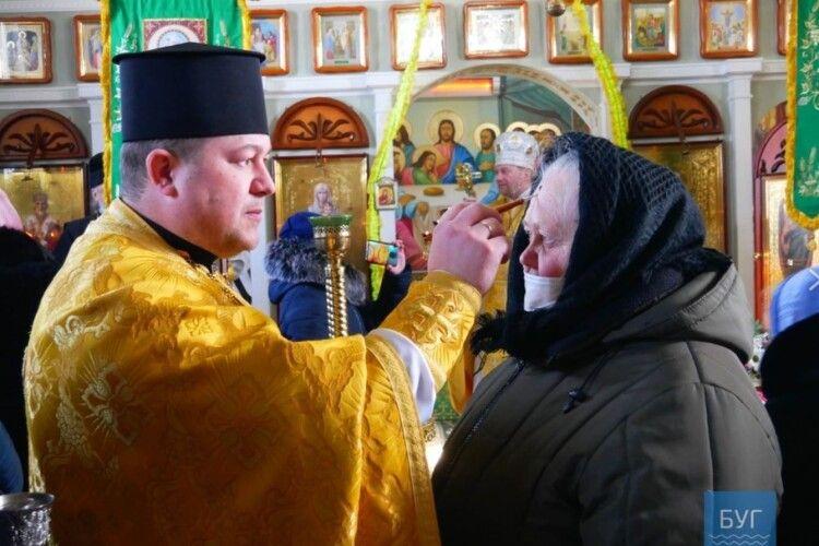 У церкві, дебатюшка привітав  Путіна зднем ангела,  провели першу літургію українською