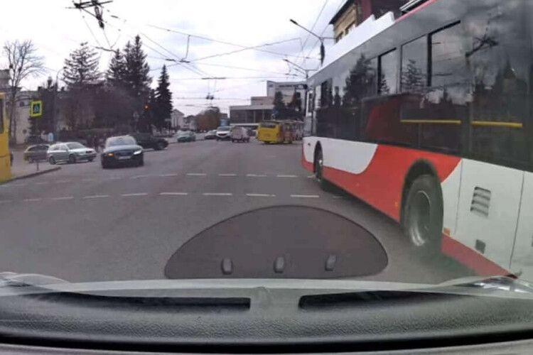 У центрі Луцька водій тролейбуса поїхав на заборонений сигнал світлофора (Відео)