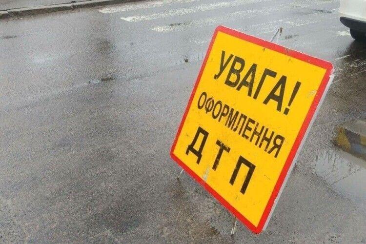 На Рівненщині  злетів з дороги автобус (Відео)
