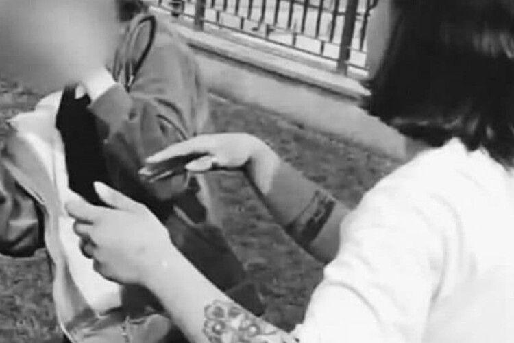 Били яйця об голову до струсу: підлітки жорстоко принизили ровесницю (Відео)