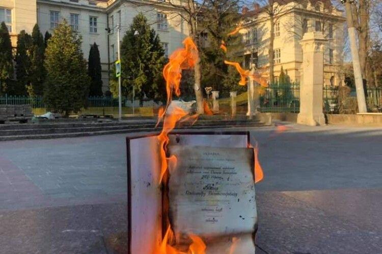 Львів'янин спалив свій диплом на знак протесту проти дисертації Киви