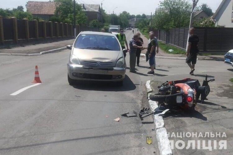 У Нововолинську мопед врізався у автівку, є постраждалі