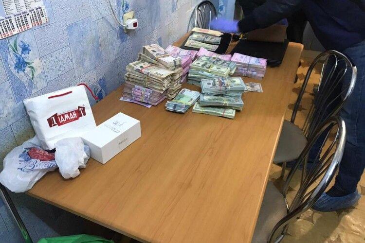 Вдома у селищного голови знайшли сотні тисяч доларів (Фото)