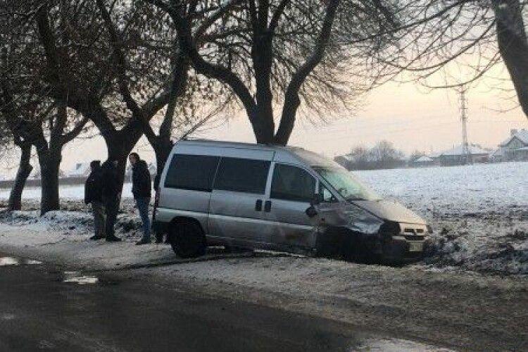 Слизька дорога: у Луцьку автомобіль злетів у кювет (Фото)