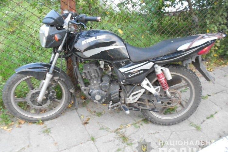 На Рівненщині в дядька посеред білого дня просто біля сільради поцупили новенького мотоциклета