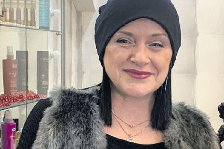 Після 20 курсів хіміотерапії та опромінення українка придумала головний убір для онкохворих жінок — бандіани (Фото)