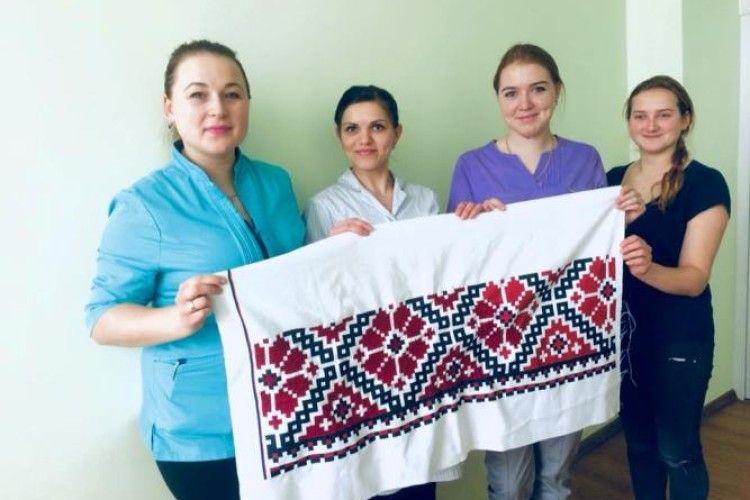 У Ковелі вишивають сорочку гранітному Кобзареві