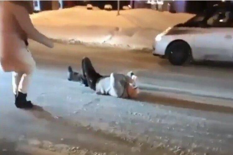 У центрі Рівного в годину пік побилися водії (Відео моменту)