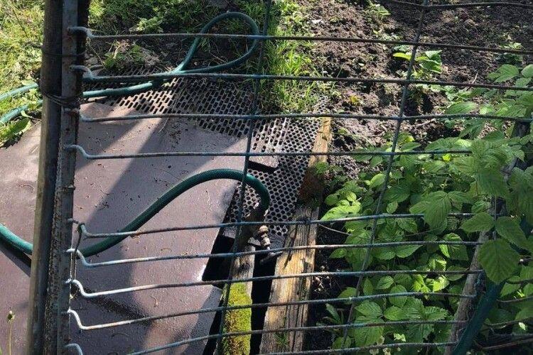 У місті на Волині викликали поліцію, щоб втихомирити господарів, які самовільно врізалися у водопровід