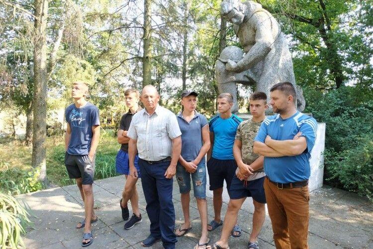 Маневицькі туристи відвідали місця масового розстрілу євреїв і висоту, з якої почалося вигнання нацистів (Фото)