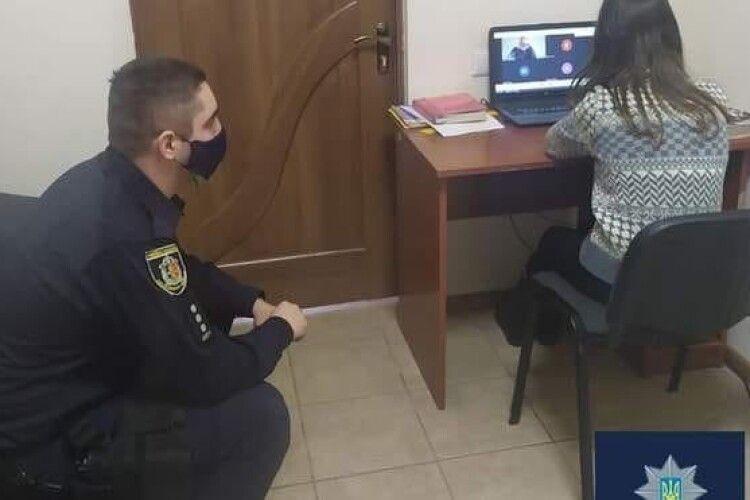 Офіцер громади організував школярці місце для дистанційного навчання у відділку поліції, бо вдома в неї немає інтернету