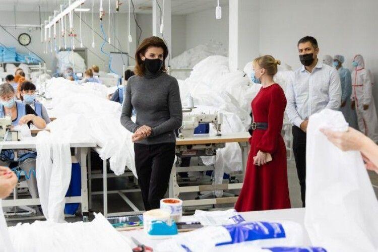 В Україні почали виготовляти висикоякісні захисні костюми для медиків, перший замовник – Фонд Порошенка