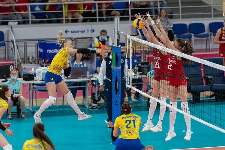 Українські волейболістки поступаються лідеру групи (Фото)