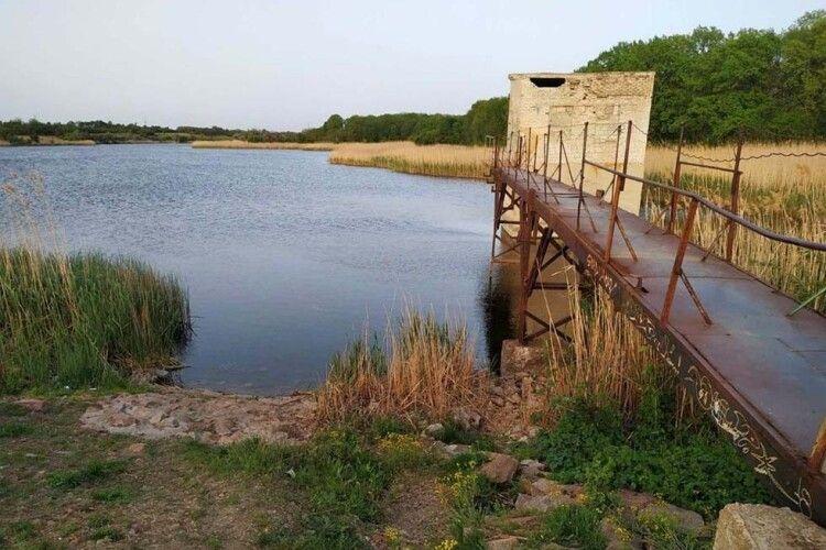 П'ятеро хлопчиків стрибали з мосту в річку, один не винирнув...