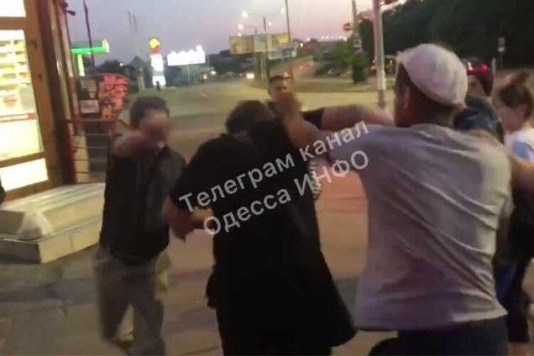 Пасажири витягли з маршрутки і побили чоловіка (Відео 18+)