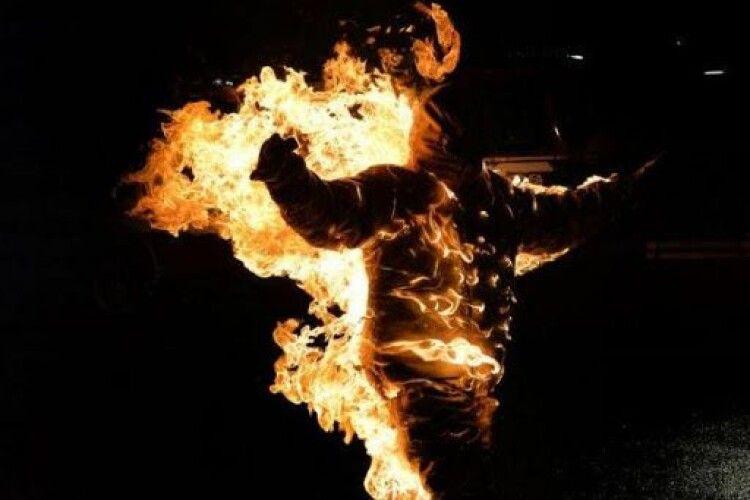 Посеред міста спалили чоловіка, бо той образив дитину (Фото, відео)