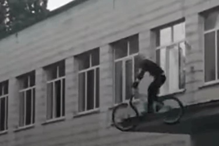 Під час святкової лінійки хлопець зістрибнув на велосипеді з даху школи (Відео моменту)