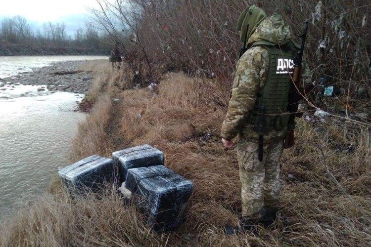 Прикордонники виловили з річки 12 ящиків сигарет