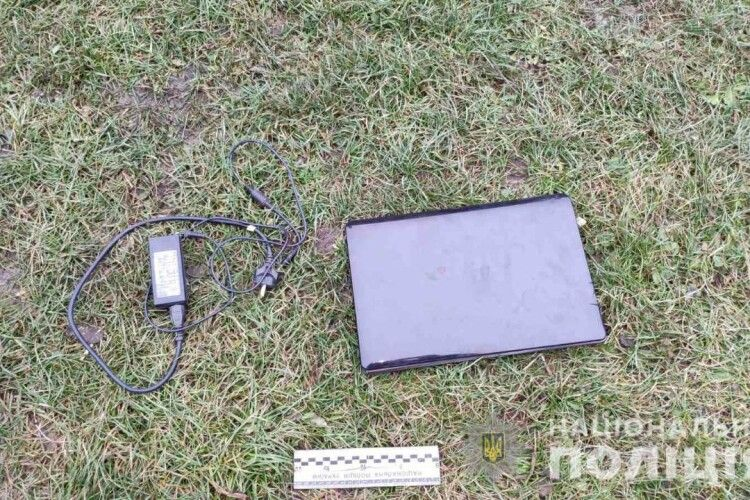 На РІвненщині 36-літній дядько так надудлився, що поцупив з хати односельця ноутбук (Фото)