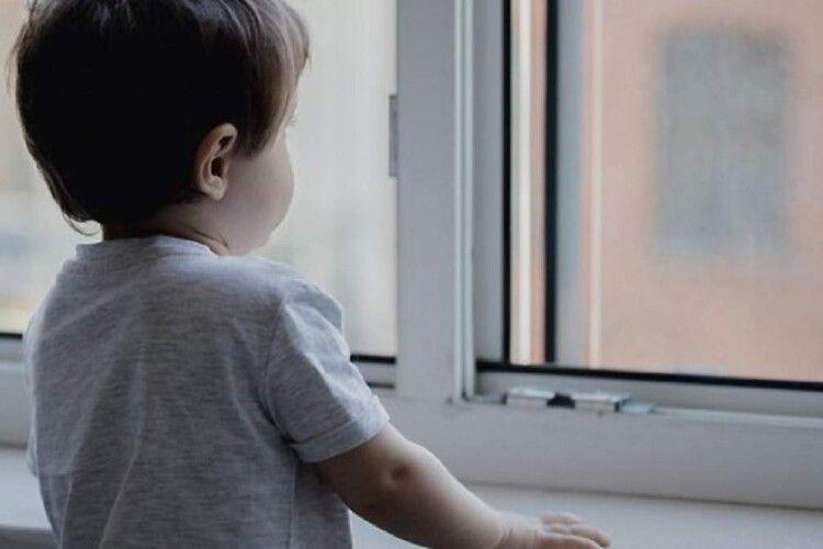 Поки мати пиячила, її маленький син випав з вікна (Відео)