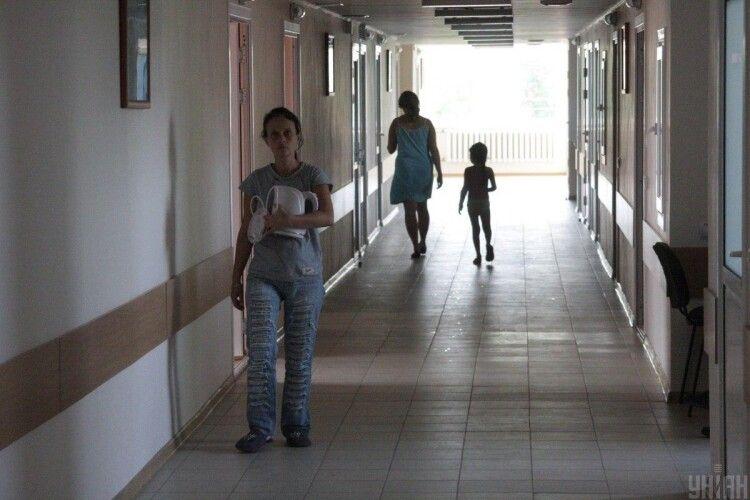 Йдіть на чердак: чому лікарка на Закарпатті мусила послати пацієнтку подалі (Відео)
