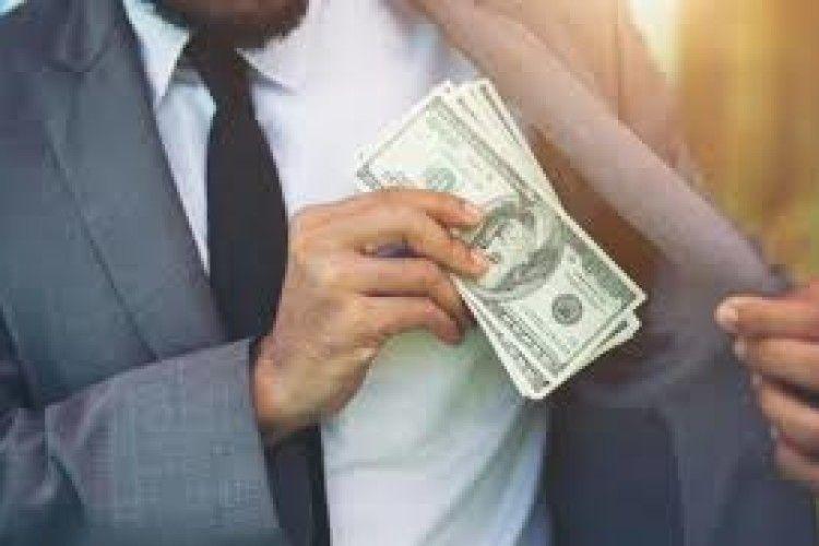Жінка здала в секонд-хенд пальто з 17 тисячами доларів