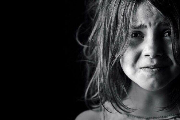 Душила дитину і відлупцювала свідка: матір знущається над донькою з інвалідністю