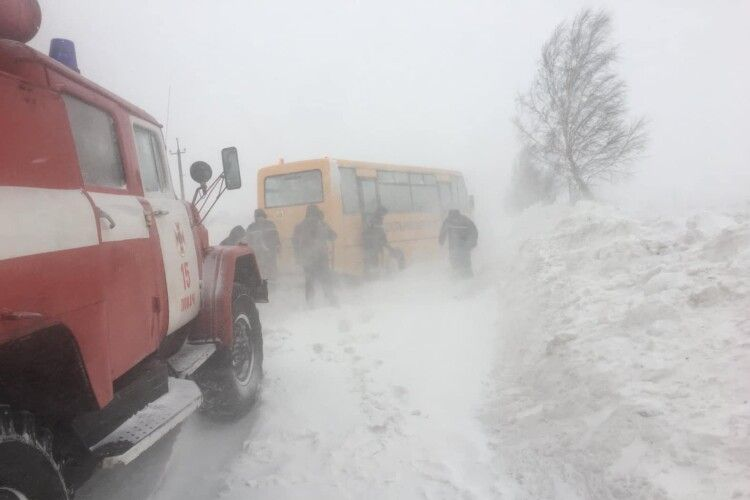 На Волині в снігову пастку потрапив шкільний автобус (Фото. Відео)
