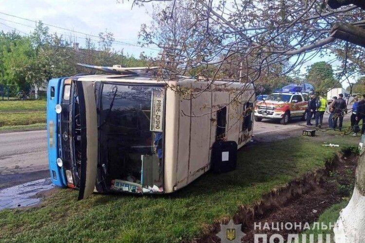 На Рівненщині перекинувся автобус з 20 пасажирами (Фото)