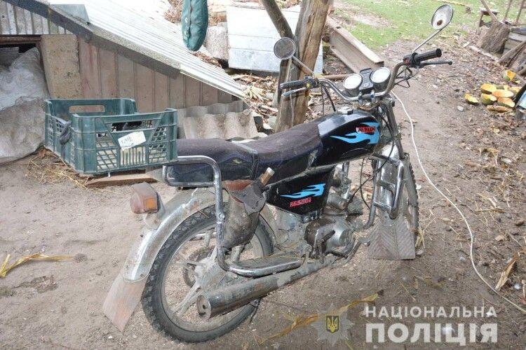 Четверо підлітків з Рокитниці протягом однієї ночі приробили ноги мотоциклу та скутеру (фото)