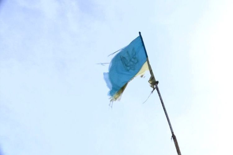 У центрі Луцька висить «прапор» України з одним кольором (Відео)