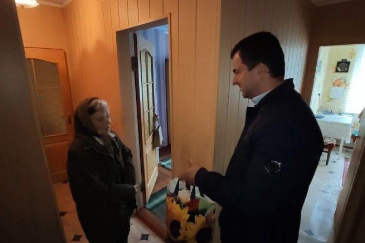 У громаді на Волині 60 старожилів отримали подарунки