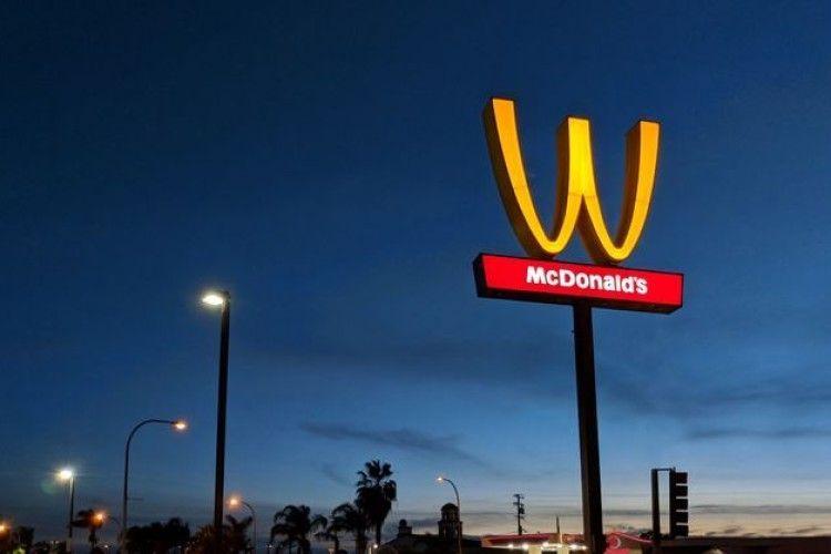 На честь восьмого березня «McDonald's» перевернув свій логотип догори дригом