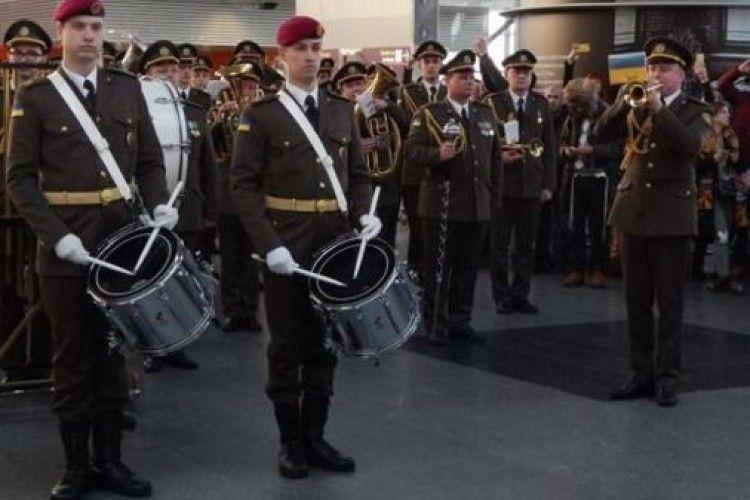 «Кіборгам» присвячується: в аеропортах України влаштували флешмоб