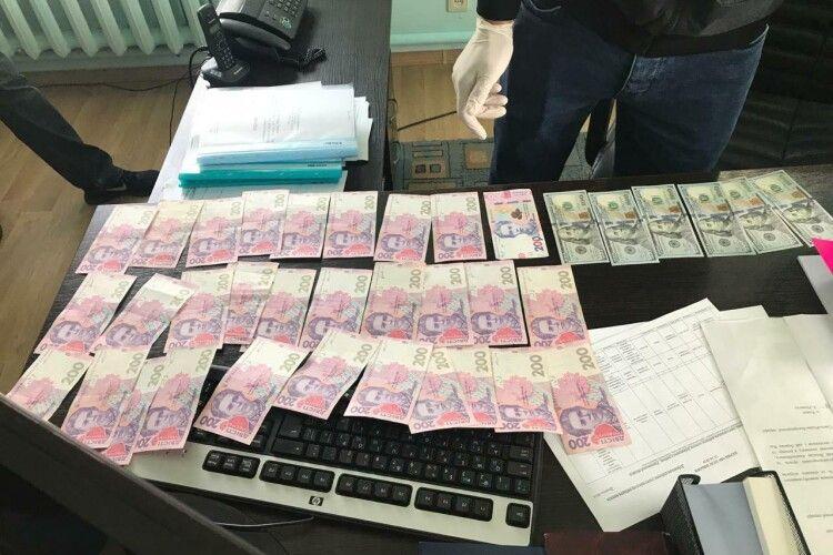 Голова ОТГ взяв 6000 гривень та 600 доларів хабаря за дозвіл на встановлення білбордів (Фото)