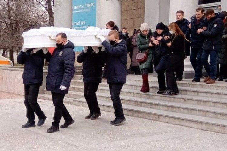 Білосніжна труна, море квітів і сліз: як прощалися із загиблою у вогні лікаркою