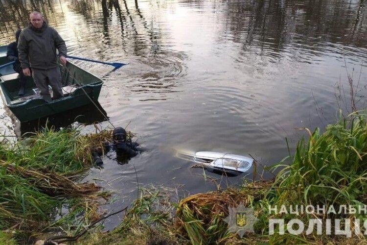 З річки Случ на Житомирщині дістали автівку з тілами 39-літнього чоловіка та його 14-річного пасинка