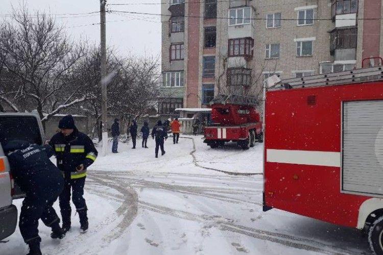 У Рівному спалахнула квартира на 5-му поверсі (Фото, відео)