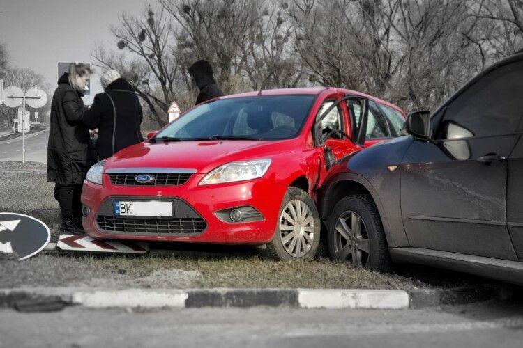 На Рівненщині чорний бумер «поцілувався» з червоною фордихою (Фото)