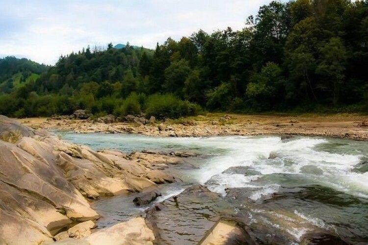Розшукують дитину, яку понесло течією річки