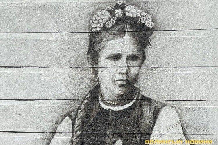У Луцьку мережа магазинів  «7/23» замовила  мурал з портретом Лесі  Українки
