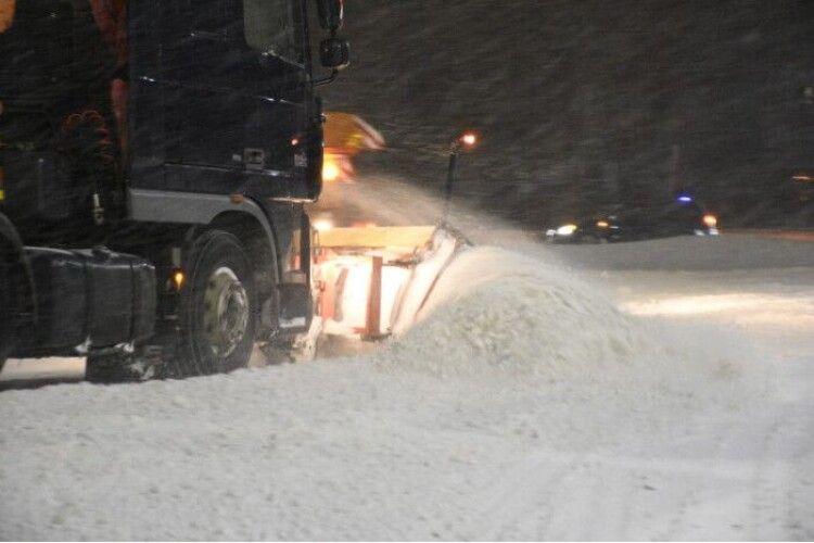 Чотири самоскиди та два навантажувачі вивозять з Луцька сніг