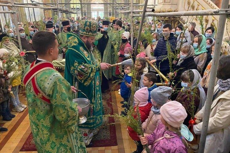У луцькому Соборі Святої Трійці першими вербу освятили дітям (Фото)