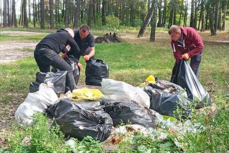 У Шацькій громаді сьогодні прибирають прибережні зони пляжі (Фото)