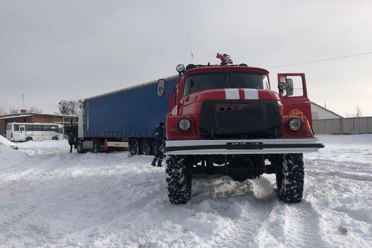 На Волині рятувальники витягнули зі снігового замету фуру (Фото)