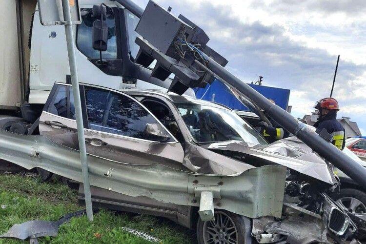 У смертельній автотрощі на Рівненщині зіткнулися два легковики, вантажівка і автобус  (Фото)