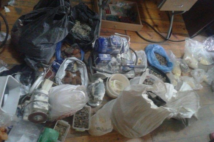 На Волині у підпільному цеху вилучили понад 65 кг бурштину