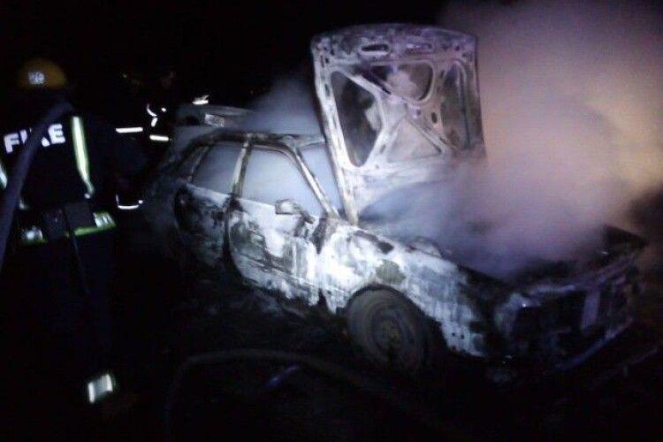 На Волині вночі вщент згоріла Audi (Фото, відео)