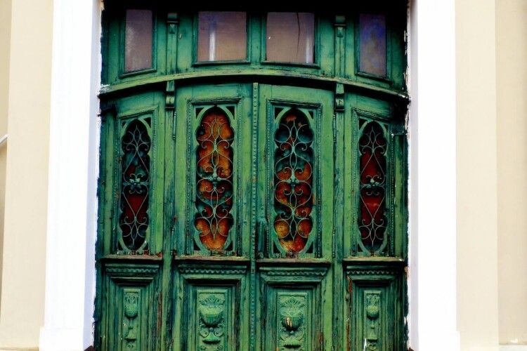 У центрі Луцька відреставрують популярні зелені двері